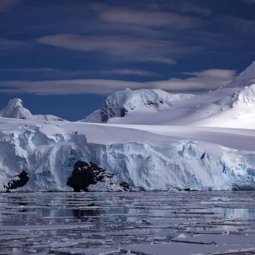 Acordo assinado em Madrid que define a Antártica como reserva natural
