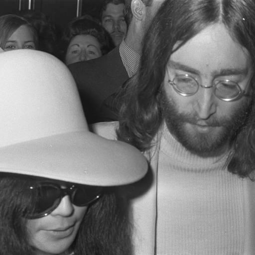 Nasceu o músico e compositor John Lennon