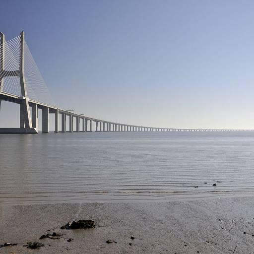 Foi inaugurada a Ponte Vasco da Gama, sobre o rio Tejo
