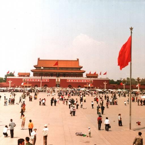 O Exército chinês disparou contra a multidão que ocupava a praça de Tiananmen