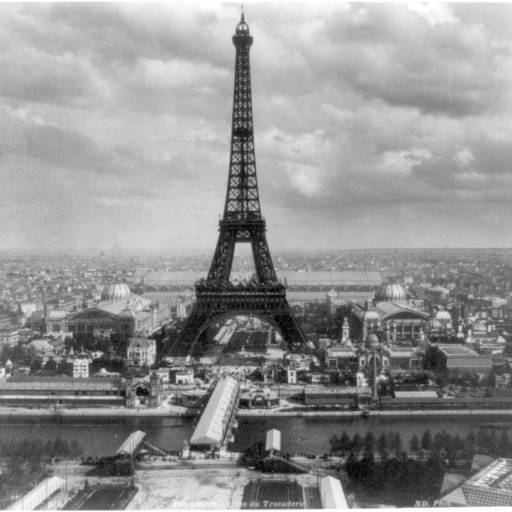 A Torre Eiffel foi inaugurada