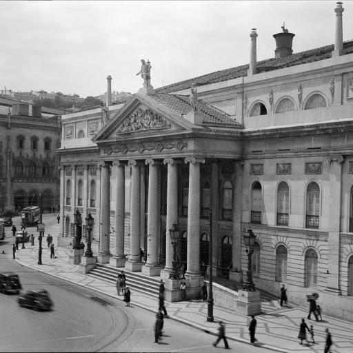 O Teatro Nacional D. Maria II em Lisboa foi destruído por um incêndio