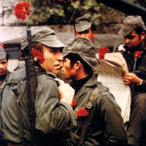 A Revolução dos Cravos derrubou a Ditadura Salazarista