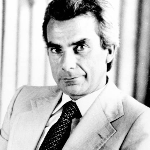 O primeiro-ministro de Portugal, Francisco Sá Carneiro, e seis acompanhantes, morreram na queda de uma aeronave em Camarate