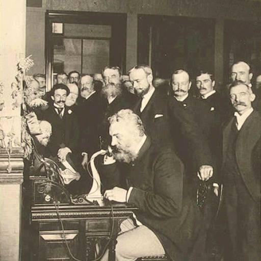 O telefone é patenteado por Alexander Graham Bell