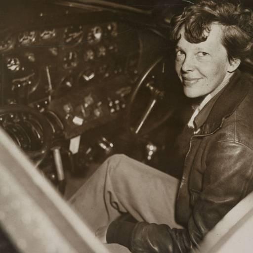 Amelia Earhart iniciou a sua volta ao mundo num avião monomotor