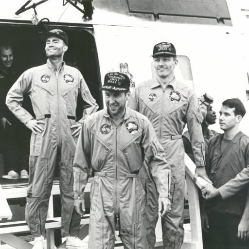 A nave espacial Apollo 13 foi lançada com destino à Lua