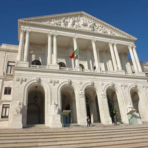 A Assembleia da República aprovou a Lei sobre a redução do horário de trabalho para 40 horas semanais