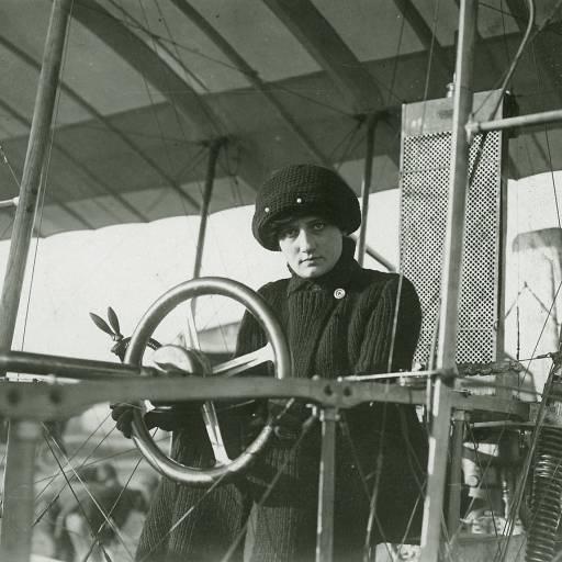 A aviadora francesa Raymonde de Laroche tornou-se a primeira mulher a receber uma licença de piloto