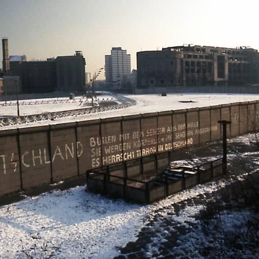 Começou a construção do muro de Berlim