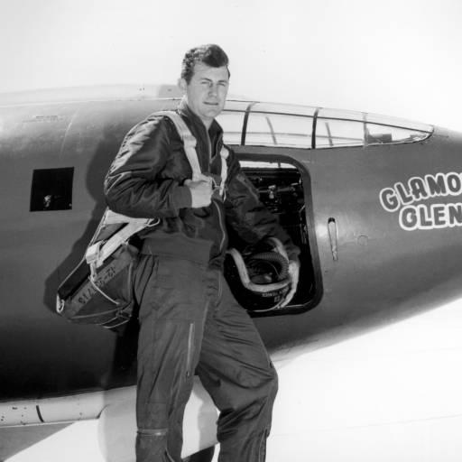"""Charles """"Chuck"""" Yeager quebrou a barreira do som no avião experimental Bell X-1"""