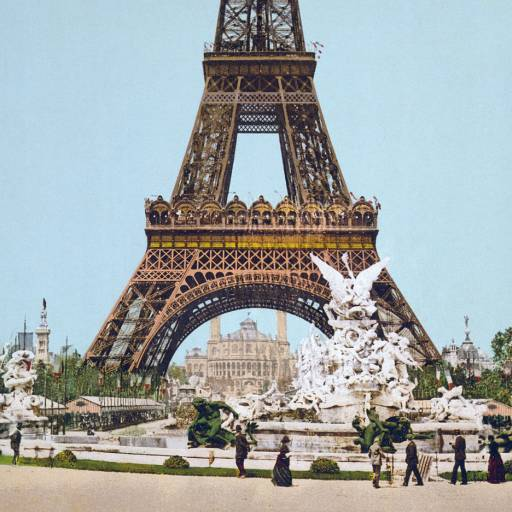 A Torre Eiffel foi oficialmente aberta ao público durante a Exposição Universal em Paris