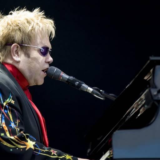 Nasceu o músico, cantor e compositor Elton John