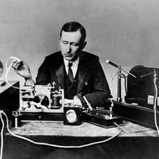 O físico e inventor Guglielmo Marconi faz a primeira transmissão de rádio da história