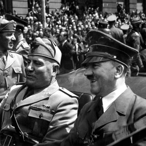 Adolf Hitler assinou uma aliança com o ditador Benito Mussolini
