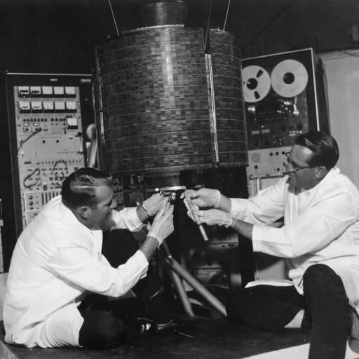 É lançado o Intelsat 1, primeiro satélite comercial de comunicações