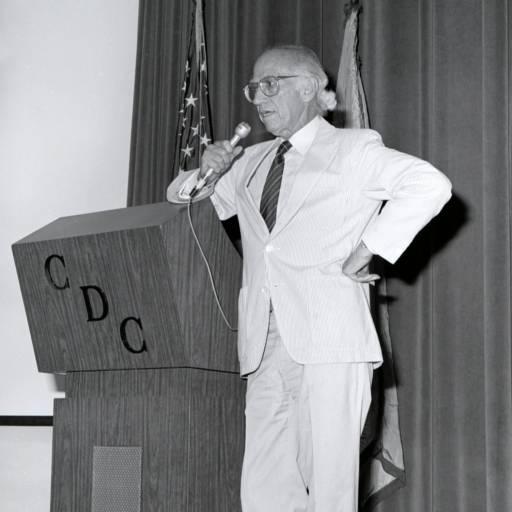 O médico Jonas Salk anunciou a descoberta de uma vacina contra a poliomielite