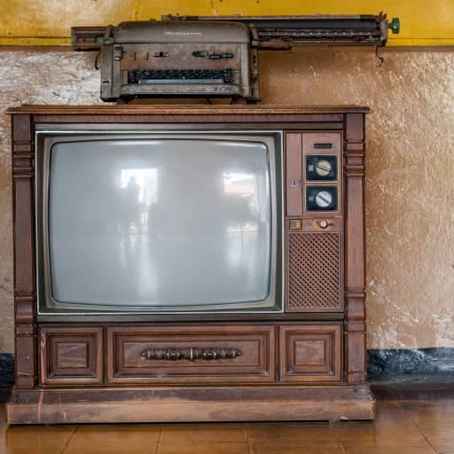 Primeira exibição de imagens em movimento na televisão