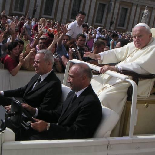 Papa João Paulo II sofreu um atentado na Praça de São Pedro