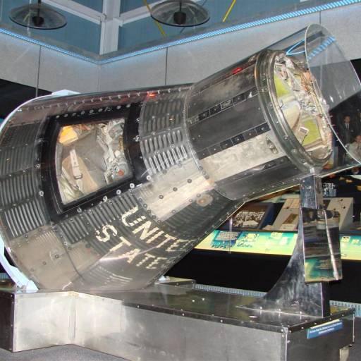 O astronauta Walter Schirra deu seis voltas na Terra em nove horas e 14 minutos