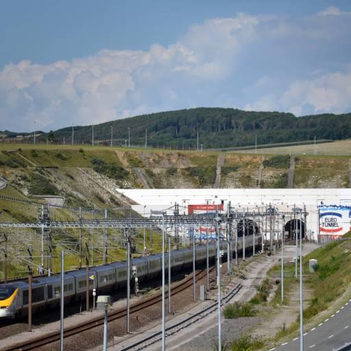 Um comboio de alta velocidade atravessou pela primeira vez o canal da Mancha