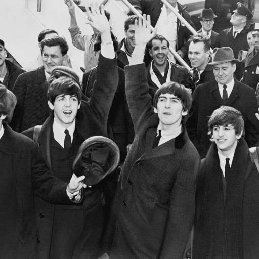 Os Beatles chegaram aos Estados Unidos para uma tourné de 10 dias e causam histeria entre os fãs