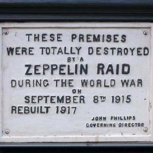 Os alemães bombardearam Londres com Zeppelins