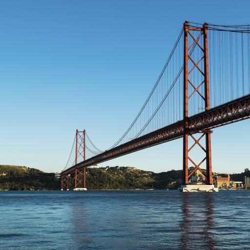 Foi assinado o contrato para a construção da Ponte sobre o Tejo, em Lisboa