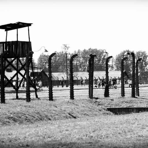Os primeiros prisioneiros chegaram ao campo de concentração de Auschwitz