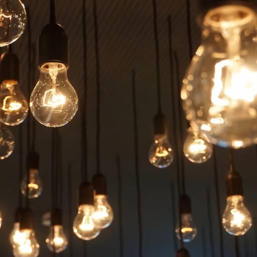 Milhares de lâmpadas acendem, de uma só vez, no parque de exposições da I Feira Internacional da Electricidade em Paris