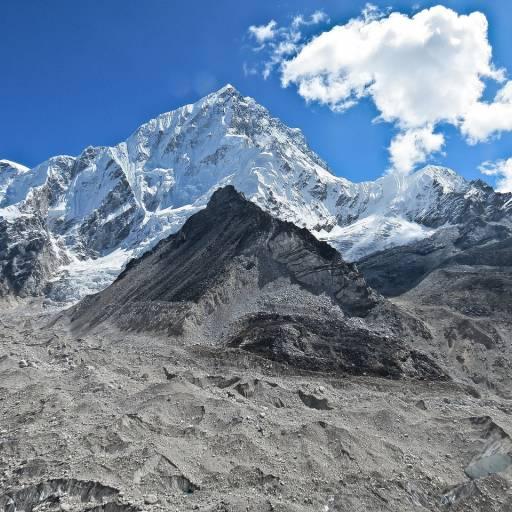 O alpinista português João Garcia atingiu o cume do Monte Everest