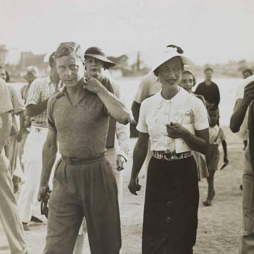 O rei da Inglaterra, Eduardo VIII, abdicou do trono para casar-se com Wallis Simpson