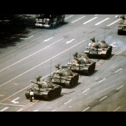 Um jovem desarmado enfrentou o exército chinês na praça de Tiananmen